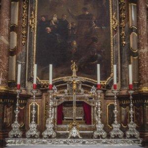 Festlich geschmückter Benediktsaltar © Michael Rieß