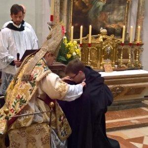 """Das Kreuz in der """"nackten"""" Kirche steht am Karfreitag im Zentrum"""