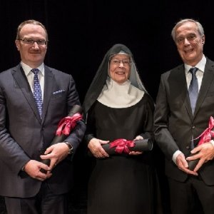Die neue Ehrendoktorin und -doktoren Prof. Dr. Lars P. Feld, Sr. Dr. Michaela Puzicha OSB und Dr. Lorenz Erni © Erzabtei