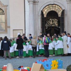 Eine große Schar von Ministranten aus der ganzen Erzdiözese vor St. Peter © Erzabtei