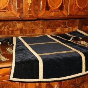 Nach der Pontifikalvesper von Allerheiligen wurde die Liturgische Farbe von weiß auf schwarz gewechselt © Erzabtei