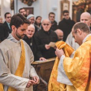 Abt Raimund und Erzabt Korbinian mit den Listen der Verstorbenen