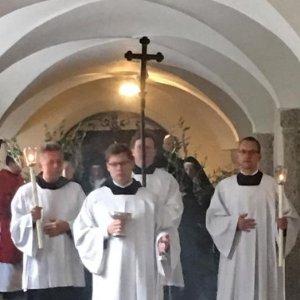 Bischof Franjo verabschiedet sich singend