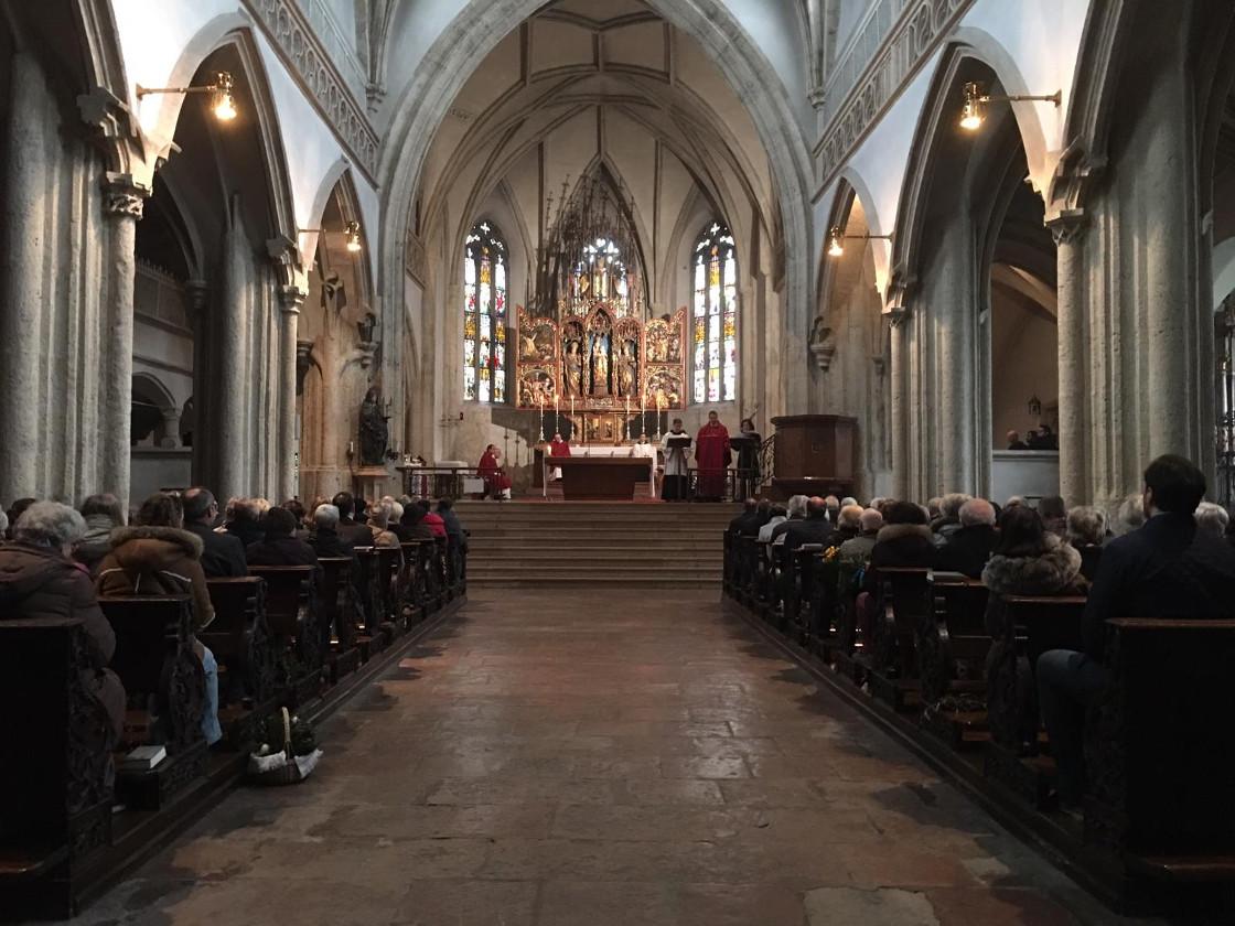 Während der Passion mit vollbesetzter Kirche © Erzabtei