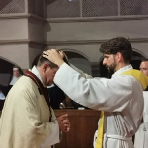 Am Ende des Gottesdienstes erteilte P. Johannes den Einzelprimizsegen © Erzabtei