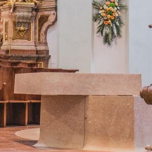 Vor dem Gottesdienst - Der Altar ist noch offen © Michael Rieß