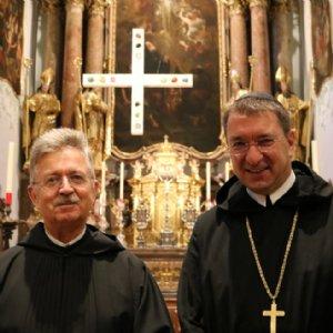 Frater Simon-Petrus und Erzabt Korbinian nach dem Gottesdienst. © Erzabtei