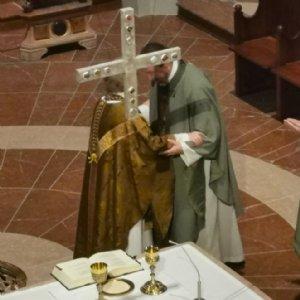 Abt Gerhard und Erzabt Korbinian geben sich den Friedensgruß © Erzabtei