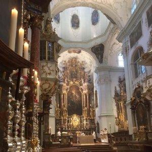 Blick beim Gottesdienst vom Benedikts-Altar nach vorne © Erzabtei