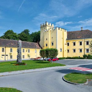 Schloss Groß-Siegharts, bildet mit der Kirche das Zentrum des inneren Marktes, 1902