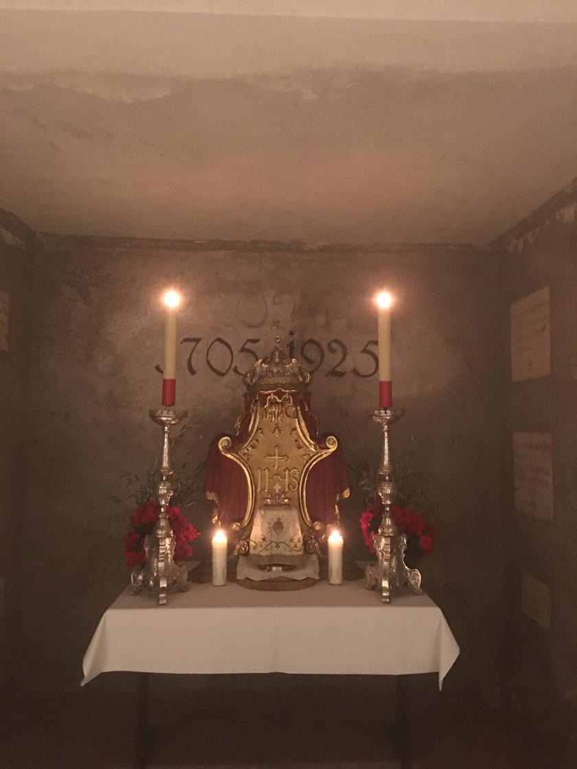 Das Allerheiligste ist von der Stiftskirche in die Krypta übertragen worden. © Erzabtei