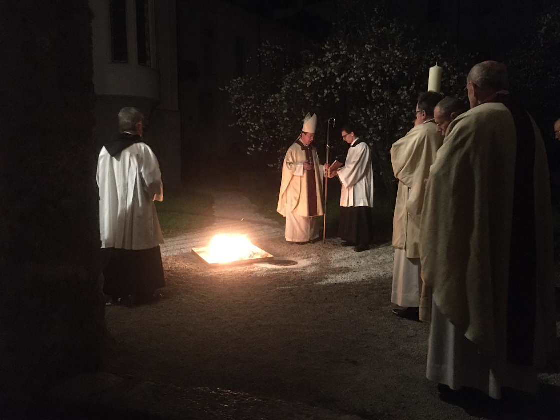 Beginn der Osternacht mit der Segnung des Osterfeuers © Erzabtei