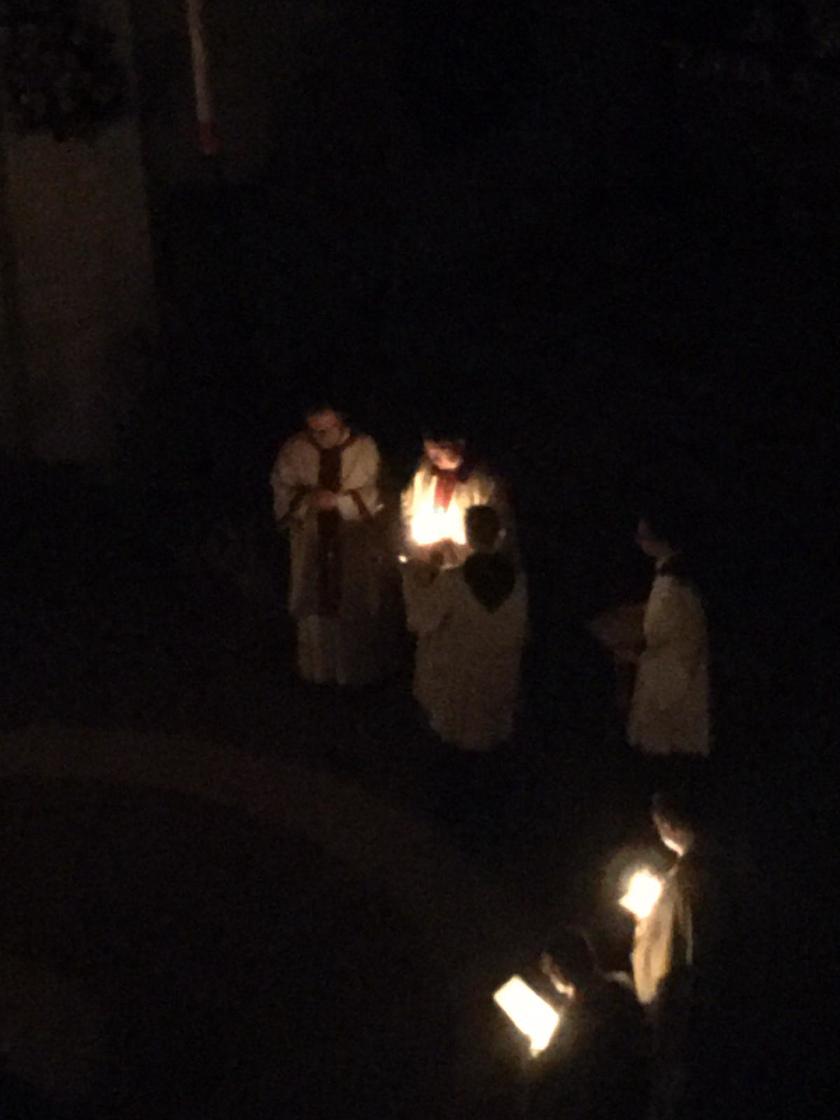 Das Licht der Osterkerze wird weiter gegeben, so dass es in der Kirche immer heller wird. © Erzabtei