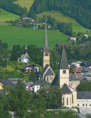 Pfarrkirche St. Maximilian, dahinter die Frauenkirche in Bischofshofen