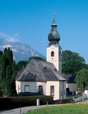 Pfarrkirche St. Elisabeth, Außenansicht; im Hintergrund Schloss Goldenstein