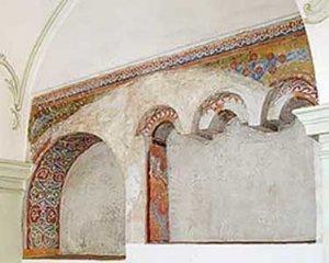 Fragmente von Malereien im nördlichen Seitenschiff aus der Zeit zwischen dem  13. und 15. Jahrhundert