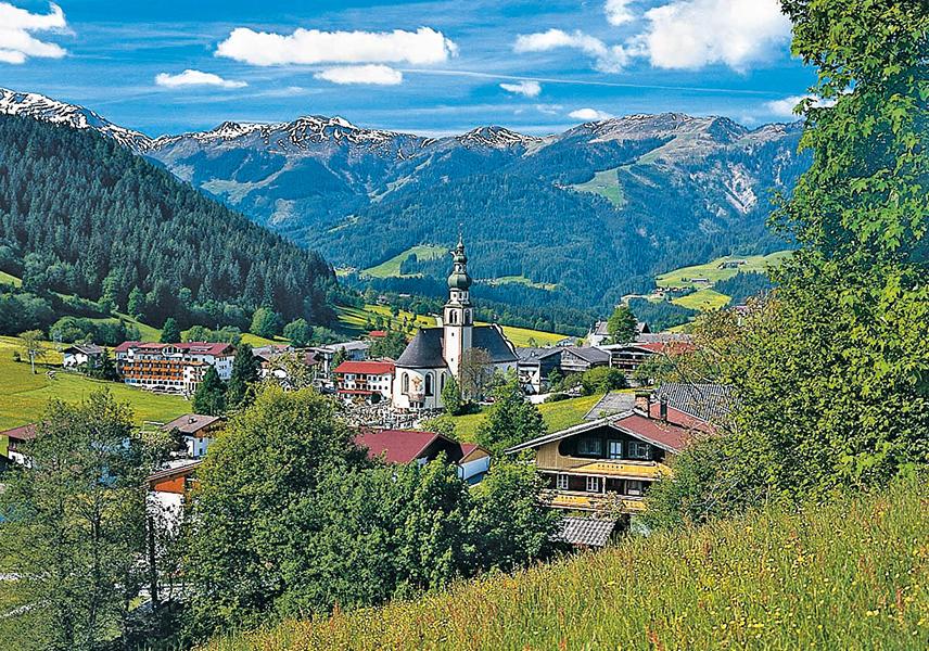 Blick in das Wildschönauer Tal, vorne Oberau und seine Pfarrkirche