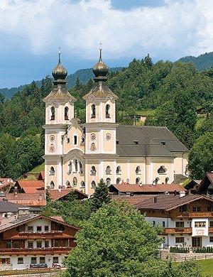 Pfarrkirche hll.Jakobus und Leonhard: Aussenansicht der Pfarrkirche von Sueden