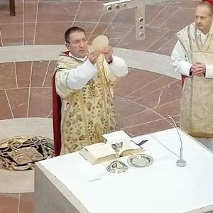 Bei der Eucharistiefeier. © Erzabtei