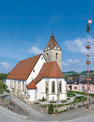 Außenansicht der Pfarrkirche zu den hll. Aposteln Petrus und Paulus
