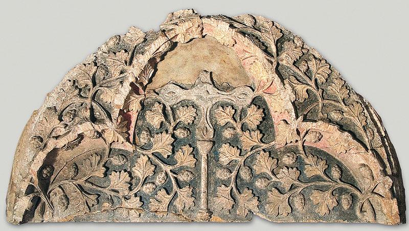 Tympanon eines romanischen Portals, um 1225, links vom Eingangsbereich