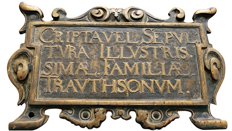 Gedenkplatte der Familie Trautson in der Trautsongruft, wo mehrere Metallsärge der Familie vorhanden sind