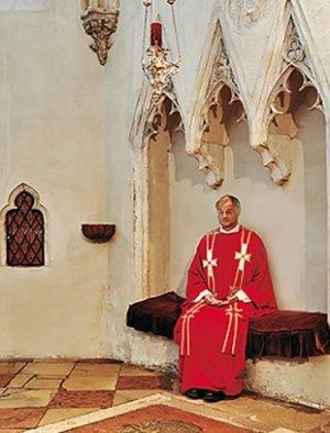 Pater Dr. Peter van Meijl, der jetzige Pfarrer der Michaelerkirche im stillen Gebet in der Kreuzkapelle