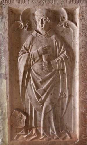 Grabstein des Pfarrers Erasmus Kunigswiser, gestorben 1543, Auftraggeber der Wandmalereien im Chor.
